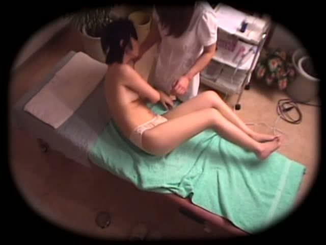 【巨にゅうのマッサージ動画】スリムで美巨乳おっぱい!美女でスリムな素人美女がレズビアンエロマッサージ師の餌食に!バイブをマンコにねじ込まれる!